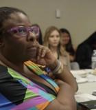 Los participantes se reúnen en un evento de difusión comunitaria en el Rainier Beach High School de Seattle. Colin Pierce declaró que los eventos ofrecen un espacio para discutir los problemas de la comunidad, incluido el impacto nacional de la violencia racial. (Fotografía cedida por Mike Fritz)