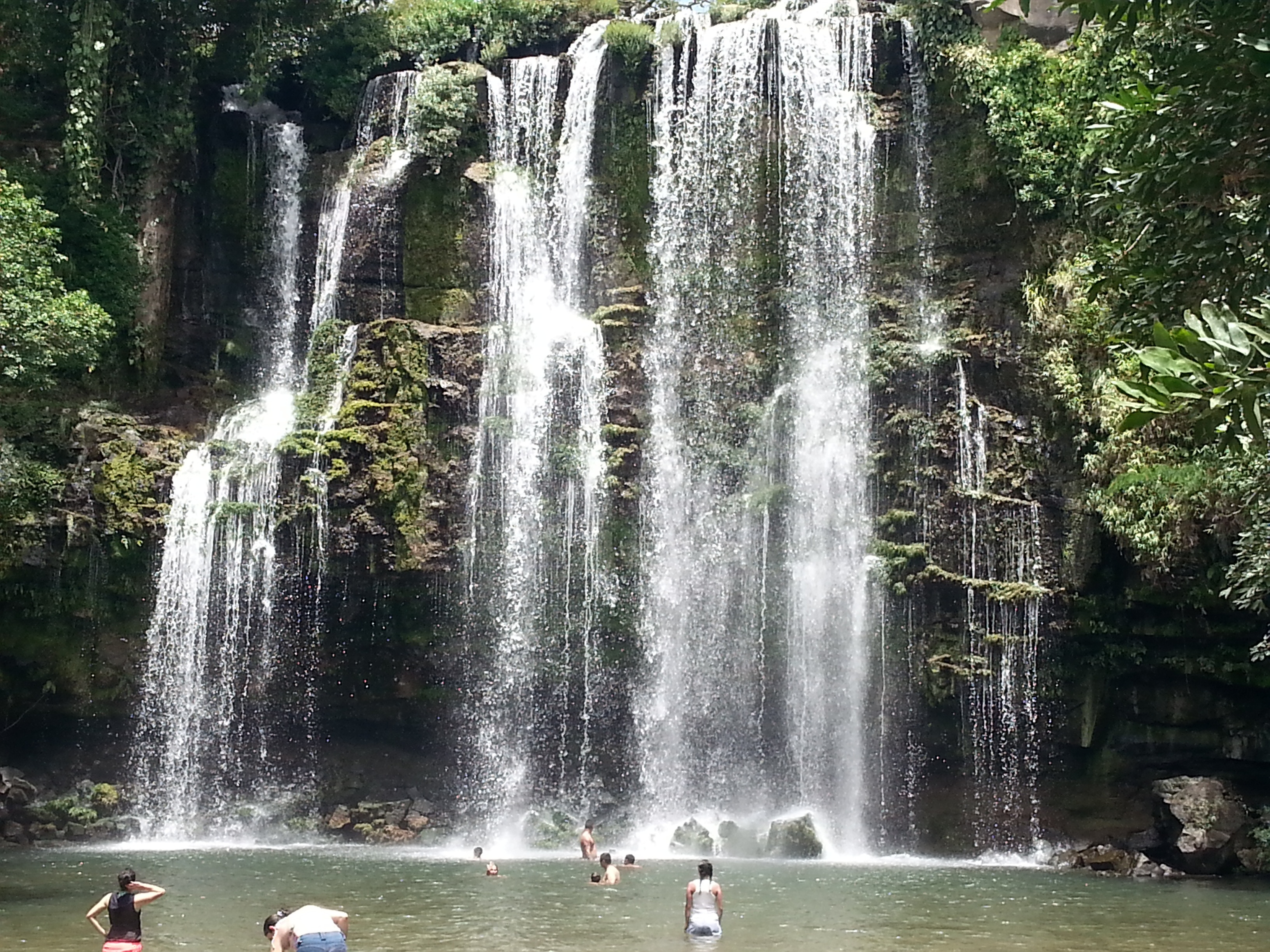 Los exalumnos del IB exploran una catarata local durante su visita al Liceo de Bagaces.