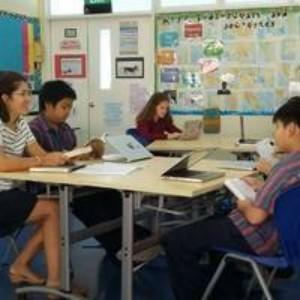 La profesora Jackson habla de literatura con sus alumnos del PAI.