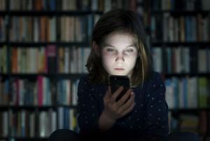 Cyber-Bullying-Online-Bullying-Upset-Girl-Receiving-a-Threatening-Text-000040153292_XXXLargeoptimized