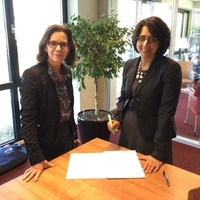 La directora general del IB, Siva Kumari, firma las recomendaciones del ITFCP