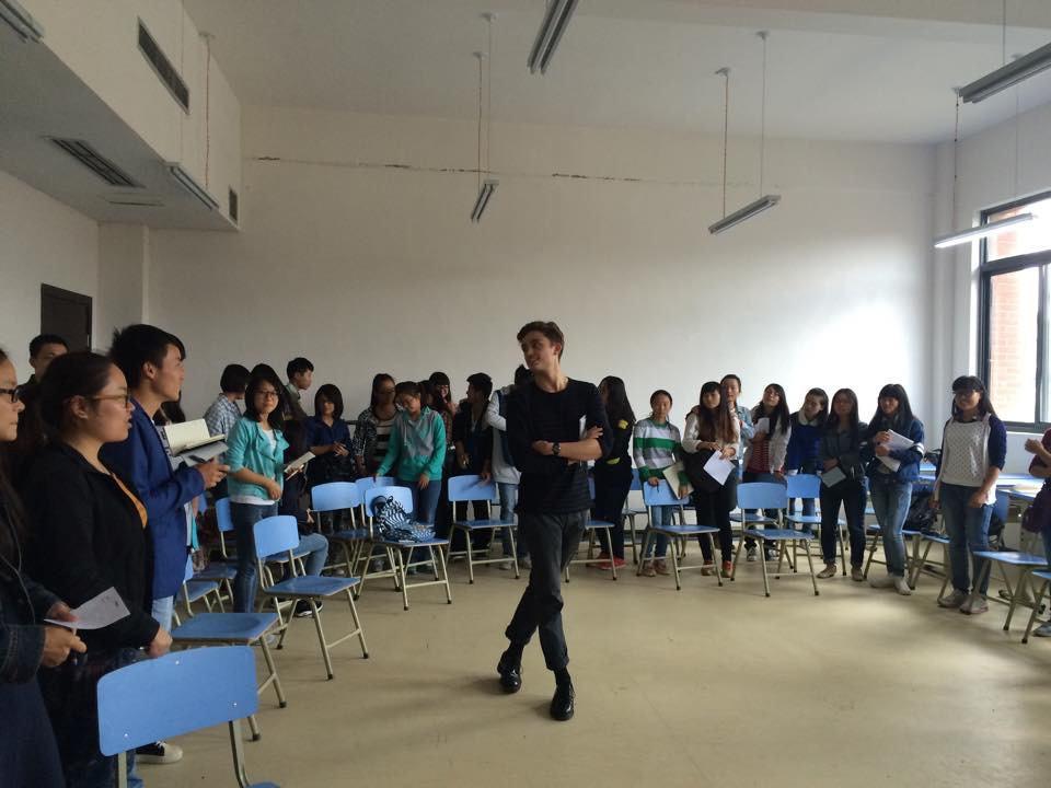 La creación de un club de historia y danza norteamericanas durante su etapa como voluntario del Cuerpo de Paz ayudó a los alumnos de Jeremie a practicar su inglés y a explorar formas de comunicación únicas entre culturas.
