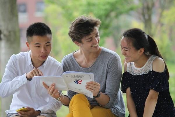 Como parte de su trabajo como voluntario en el Cuerpo de Paz de Estados Unidos, Jeremie Gluckman (en el centro de la imagen) impartió clases de inglés a alumnos de Guizhou (China). Obtuvo el diploma del IB en el Indus International School de Bangalore (India).