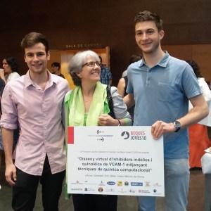Foto 1 Arnau y Èric con la escritora Maria Mercè Roca en Beques Joves 10 600px
