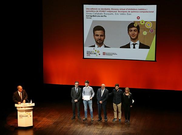 Foto 7 Momento de la entrega del premio Recerca Jove a Èric y Arnau - 600px