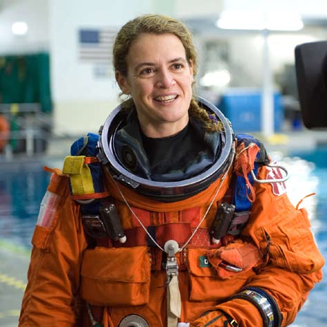 La première diplômée de l'IB à avoir été dans l'espace est de retour sur la terre ferme et a rapporté avec elle des souvenirs à couper le souffle. Par contre, inutile de lui parler des petits hommes verts!