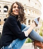 iStock_Smiling_woman_in_front_of_Colosseum 600 sq