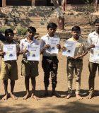 Vansh Kakra et Kushaal Bhatia posent avec des élèves de la Madhava Rao Ashramshala.