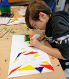 Des élèves à l'œuvre – un travail inspiré par la réflexion de la lumière.
