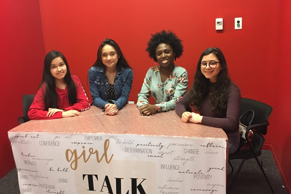 Foluke, Raphaela et Elina, trois élèves du Programme du diplôme, tournent un épisode de Girl Talk.