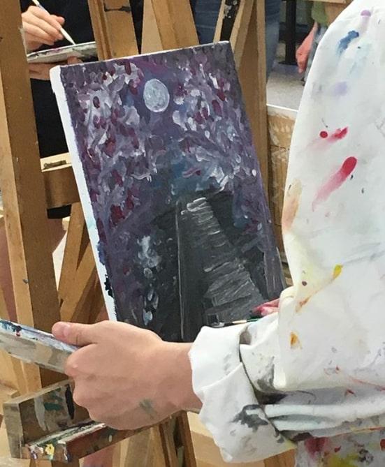 Un élève crée une œuvre artistique lors du concours Art Battle for Babies.