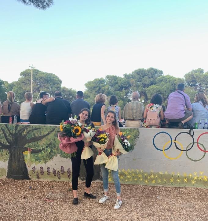 Las alumnas del PD Aliki Coulouvatou y Mary Sarantitis posan junto al mural.