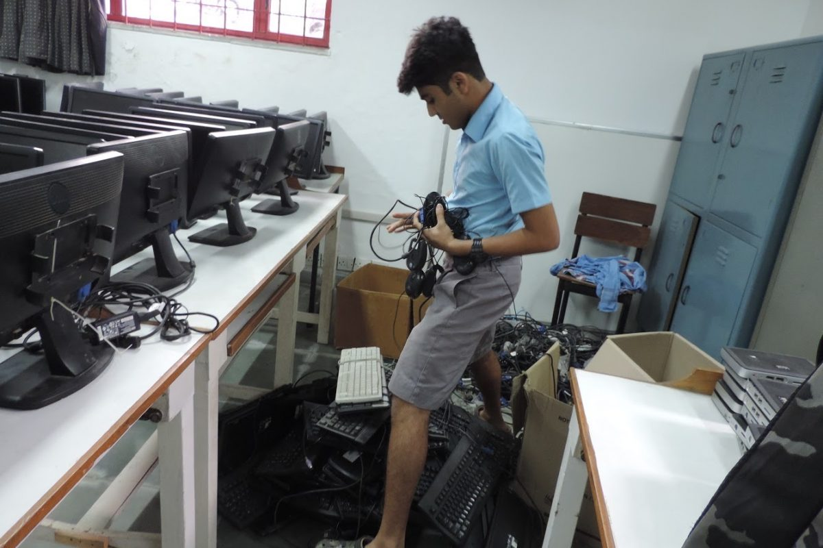 Rishit Jain trie des déchets électroniques collectés par l'équipe de REUSE.