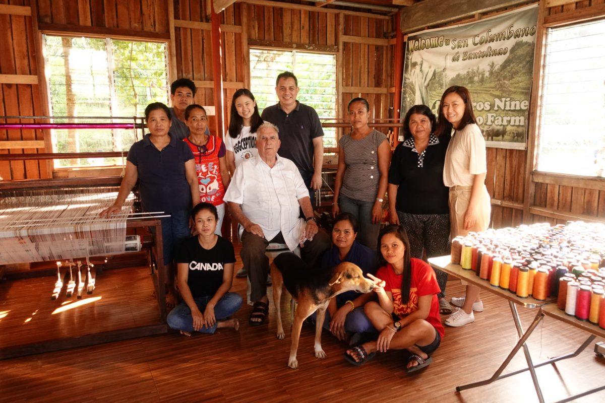 Gabrielle con los miembros de la comunidad