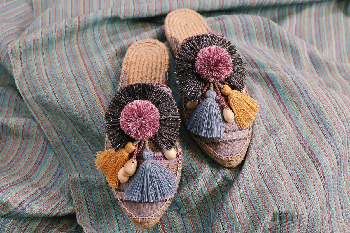 Un par de zapatos creados con el telar