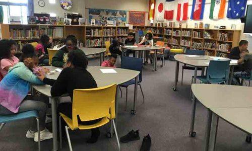 Des élèves de 4e et de 5e année participent à la compétition « The Battle of the Books ».