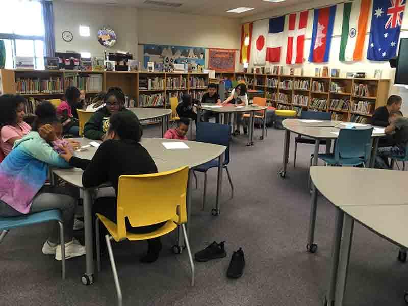 Alumnos de cuarto y quinto año compitiendo en la batalla de los libros