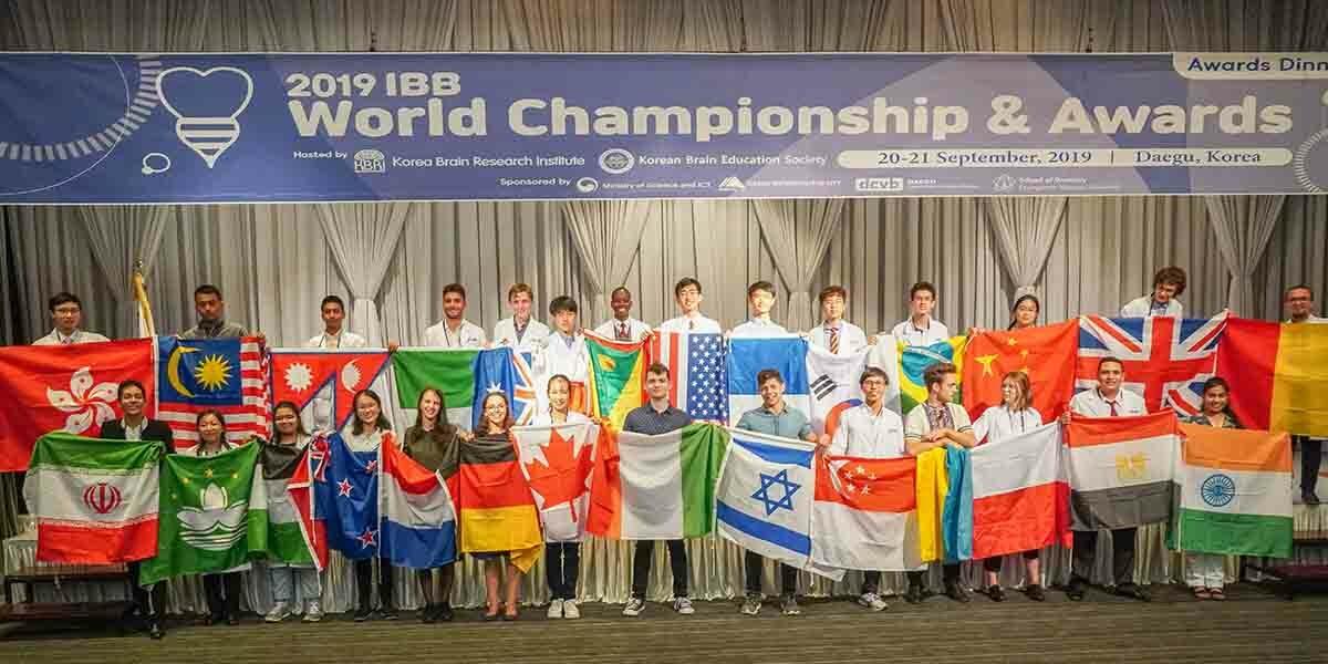 Jenny posando junto a los demás participantes del International Brain Bee World Championship.