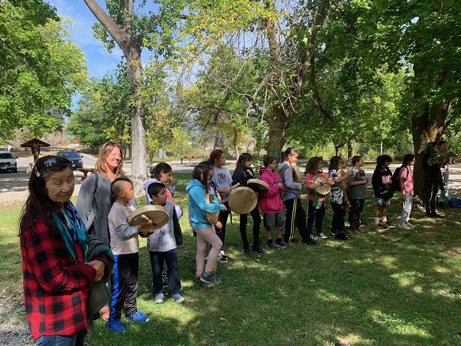 Des élèves de la SenPokChin School (senpaq'cin) participent à la fête du saumon.