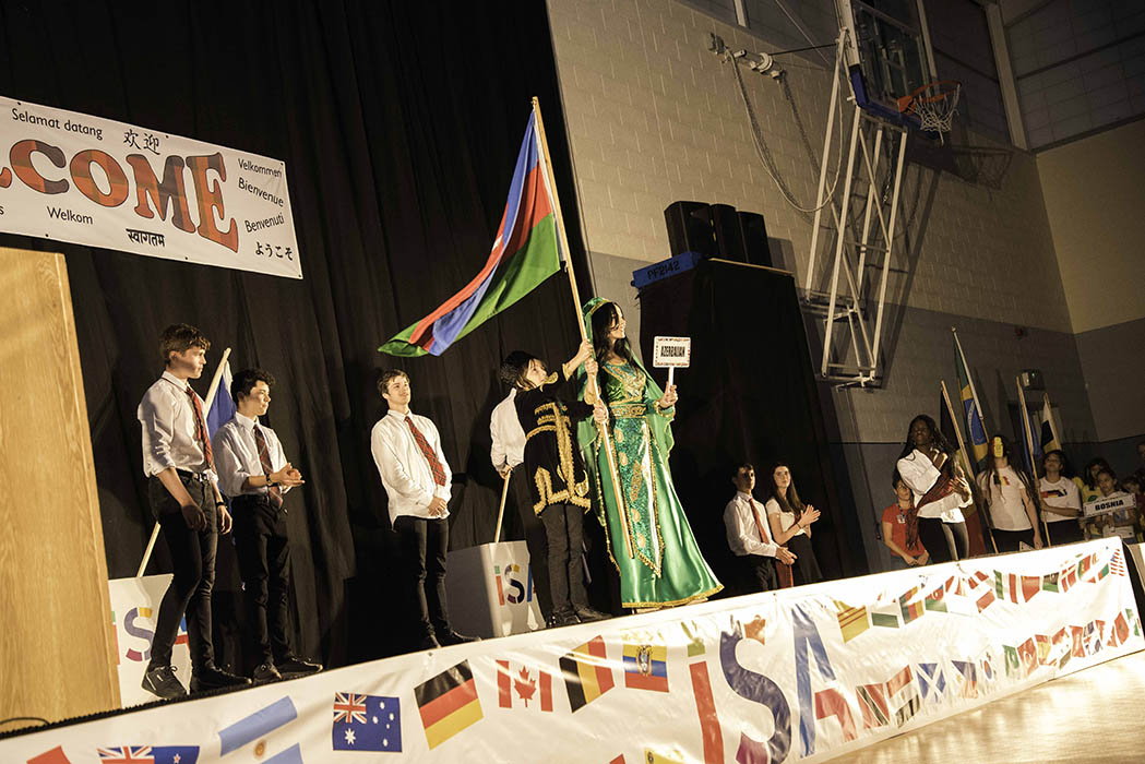 Alumnos de Azerbaiyán durante una presentación en la asamblea del festival.
