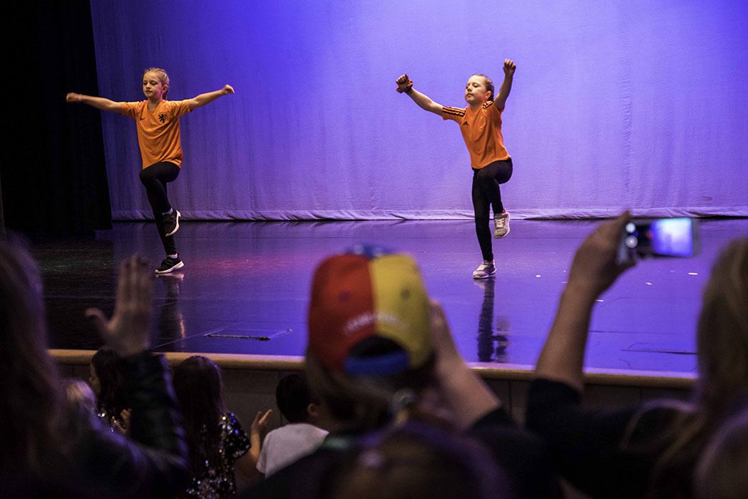 Des élèves sur scène lors du Festival de la semaine internationale.