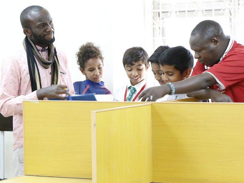 Timoteo Ombati avec ses élèves de première année du PEI lors de leur exposition « Wakenya Forever »