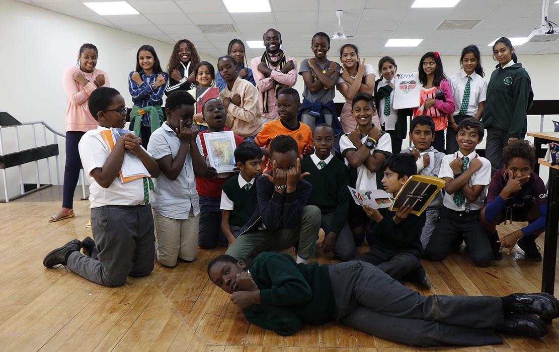 Timoteo Ombati avec ses élèves du PEI