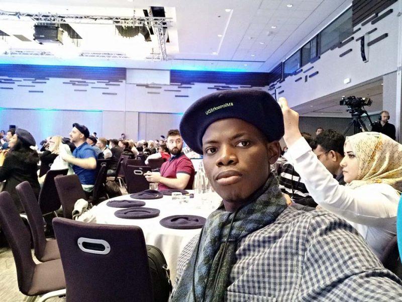 Olalekan Adeeko, enseignant et lauréat de la bourse UoPeople, lors d'un événement #MicrosoftEDU.