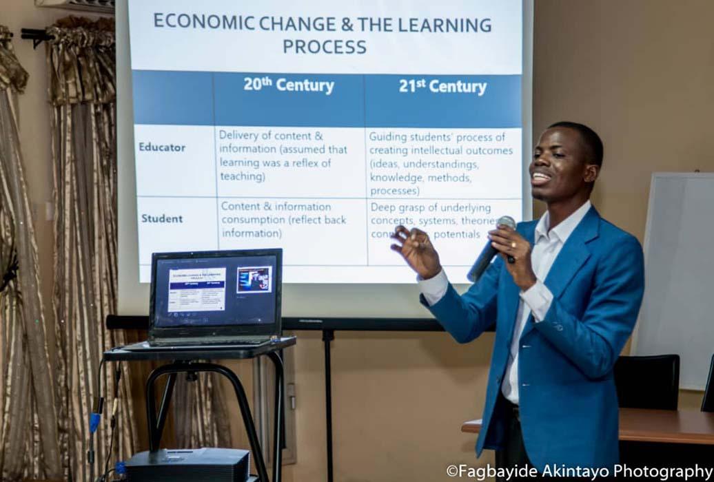Olalekan Adeeko, lauréat de la bourse UoPeople, donne une présentation sur l'apprentissage au XXIe siècle. Crédits photo : Fagbayide Akintayo Photography.