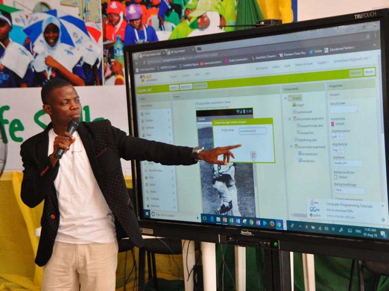Olalekan Adeeko, lauréat de la bourse UoPeople, présente un projet.