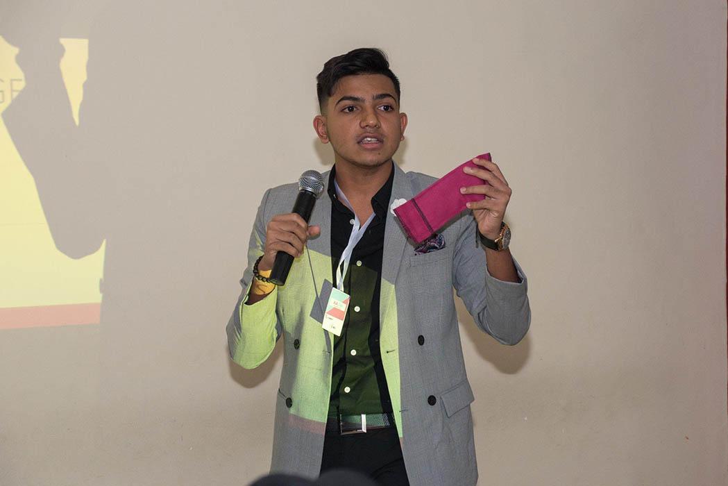 Ziyaan Virji presentando sus compresas lavables y reutilizables.