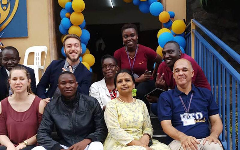 Bukenya junto a sus compañeros del PAI del Acorns International School.