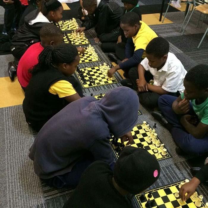 Alumnos compitiendo en un torneo de ajedrez.